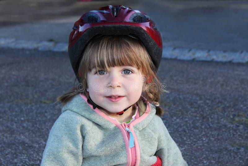 Meisje met het biking van helm royalty-vrije stock foto