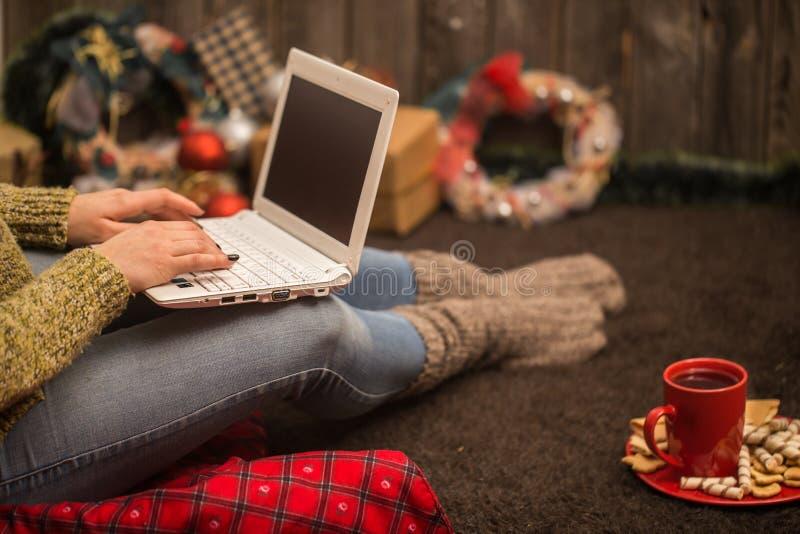 meisje met het decor van computerkerstmis stock fotografie