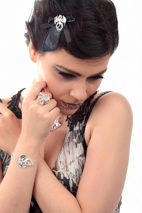 Meisje met het doordringende haarstukje van de oorringshalsband royalty-vrije stock afbeelding
