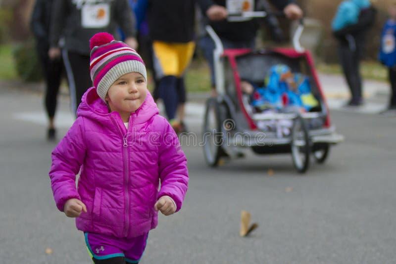 Meisje met het grote glimlach lopen stock afbeelding