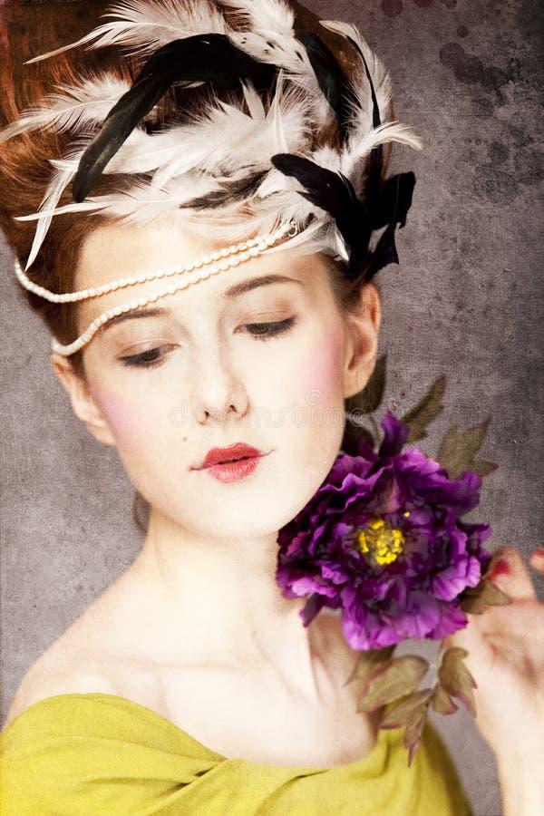 Meisje met het haarstijl en bloem van Rococo's stock foto's