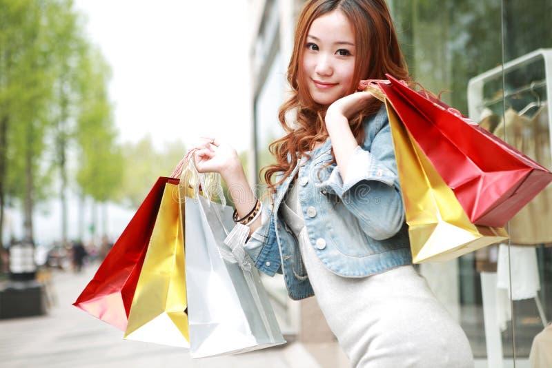 Meisje met het winkelen zakken stock foto