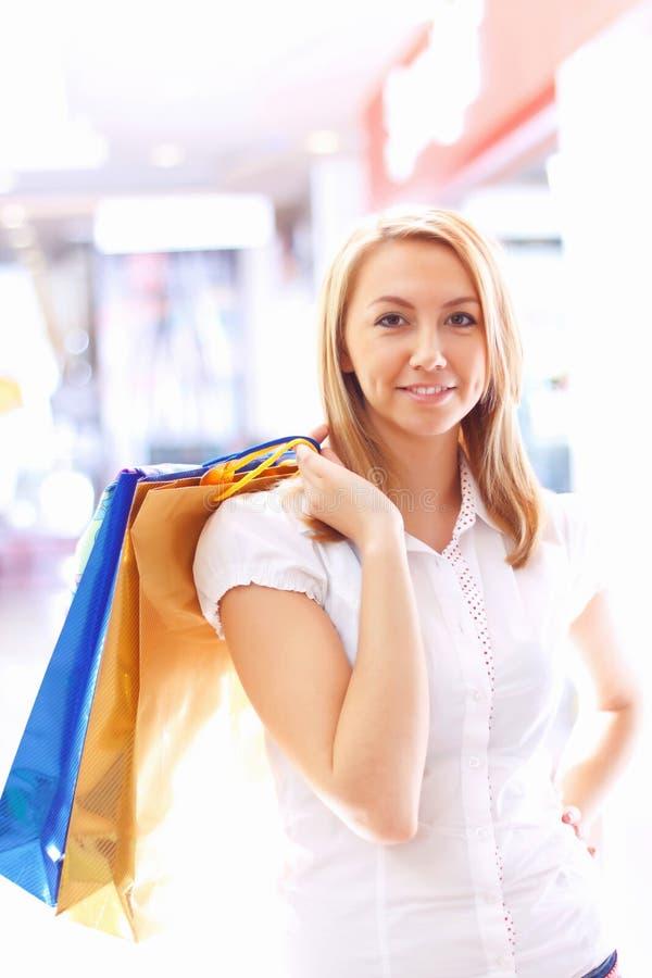 meisje met het winkelen zakken. royalty-vrije stock afbeelding
