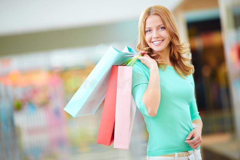 Meisje met het winkelen zakken - Sally stock fotografie