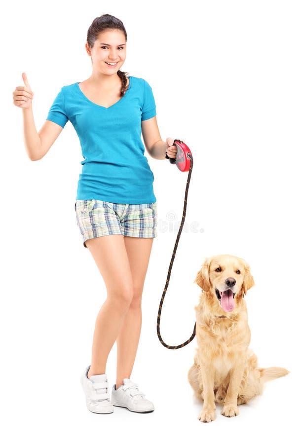 Meisje met hond die een duim opgeven royalty-vrije stock foto's