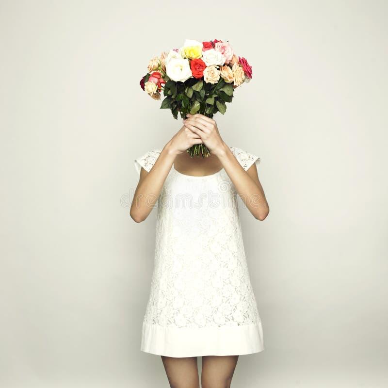 Meisje met hoofd-rozen royalty-vrije stock foto