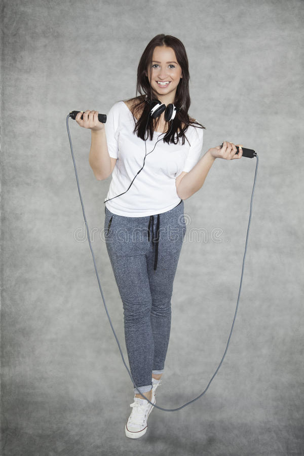 Meisje met hoofdtelefoons en kabel royalty-vrije stock fotografie