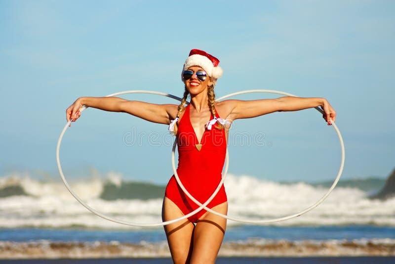 Meisje met hulahoepels op het strand royalty-vrije stock afbeelding