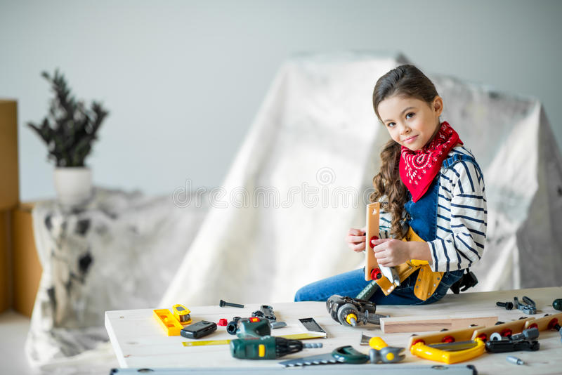 Meisje met hulpmiddelen royalty-vrije stock afbeelding