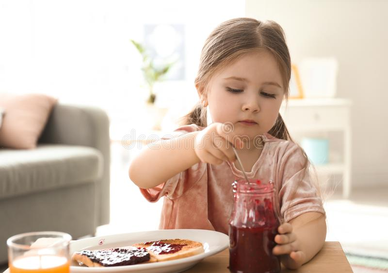 Meisje met jam en toosts stock foto
