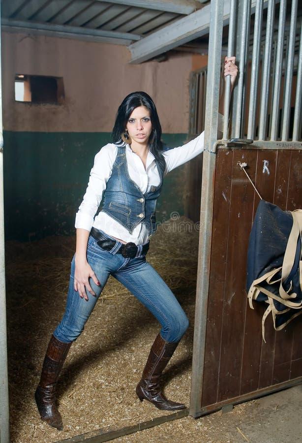 Meisje met jeans in een landbouwbedrijf royalty-vrije stock foto's