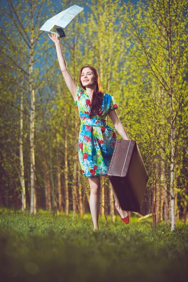 Meisje met kaart en koffer royalty-vrije stock afbeeldingen