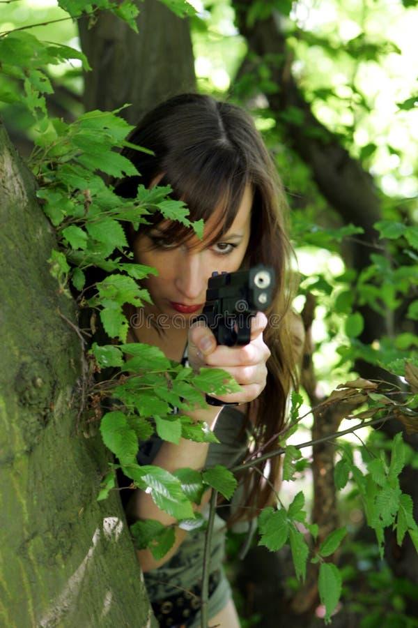 Meisje met kanon in hout royalty-vrije stock fotografie