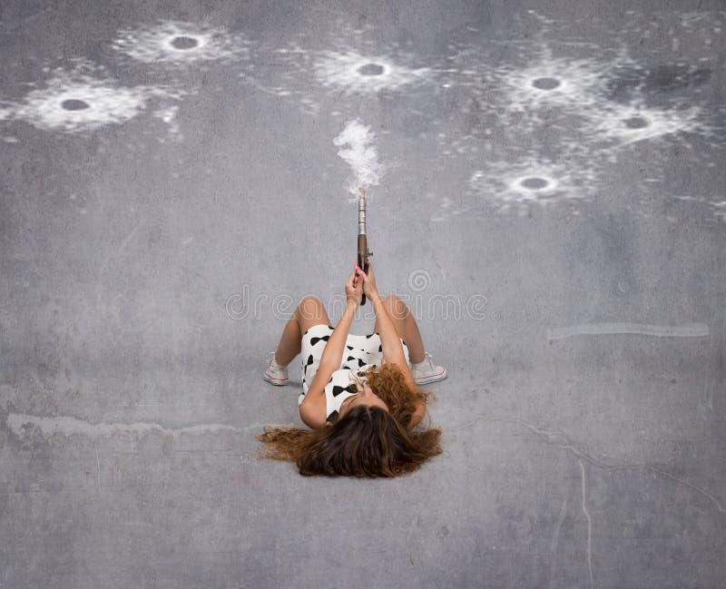 Meisje met kanon op een lege ruimte wordt geschoten die stock afbeelding