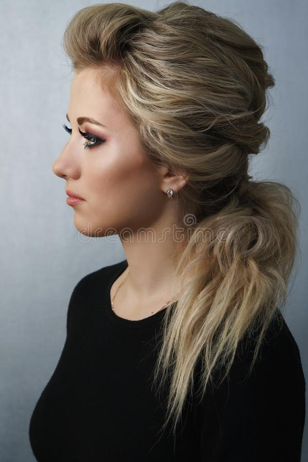 Meisje met kapsel en samenstelling Blonde stock afbeelding