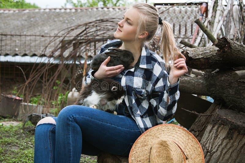 Meisje met kat en konijn stock afbeelding