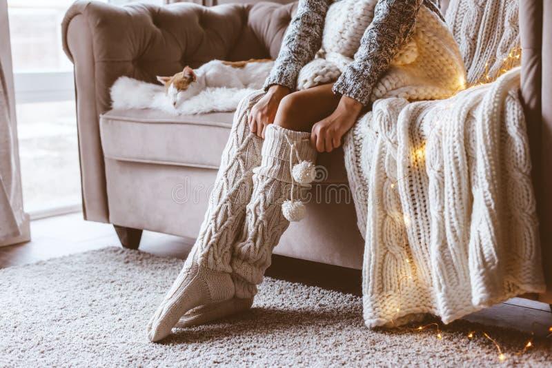 Meisje met kat het ontspannen op een bank royalty-vrije stock afbeeldingen