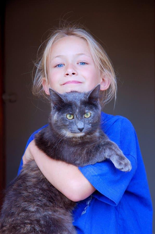 Meisje met kattenhuisdier stock afbeelding