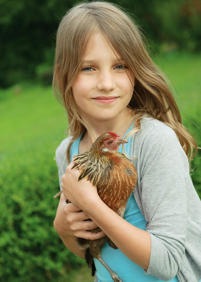 Meisje met kip stock afbeelding