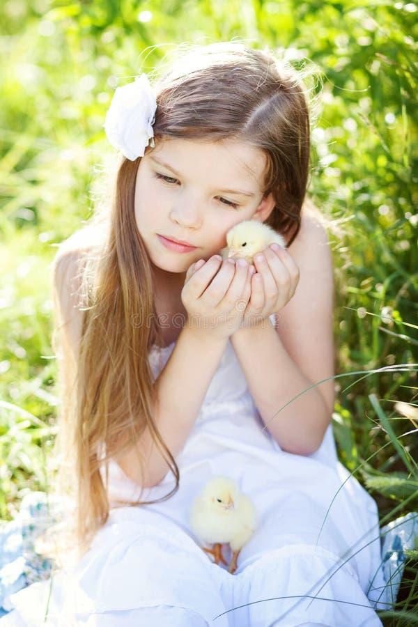Meisje met kip stock afbeeldingen