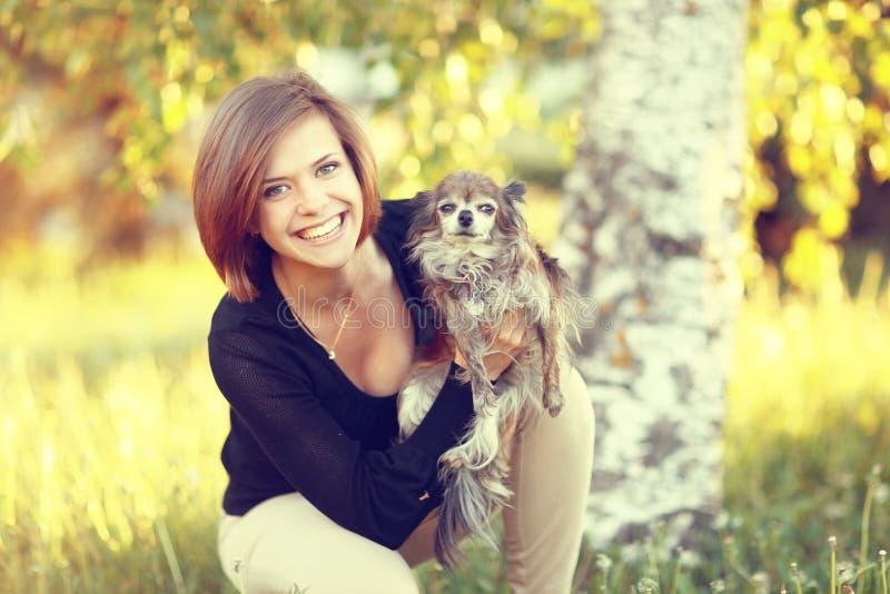 Meisje met kleine hond royalty-vrije stock foto