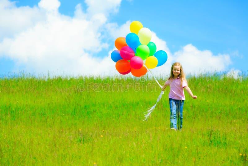Meisje met kleurrijke ballons royalty-vrije stock afbeeldingen