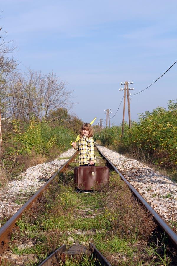 Meisje met koffer en paraplu stock afbeelding
