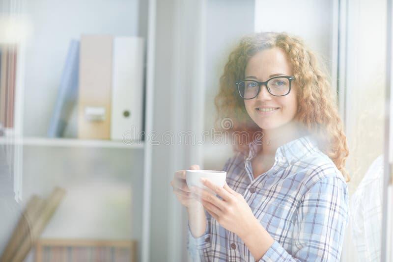 Meisje met koffie royalty-vrije stock fotografie