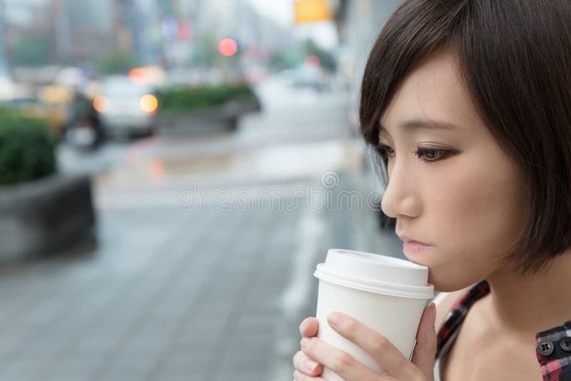Meisje met koffie royalty-vrije stock afbeelding