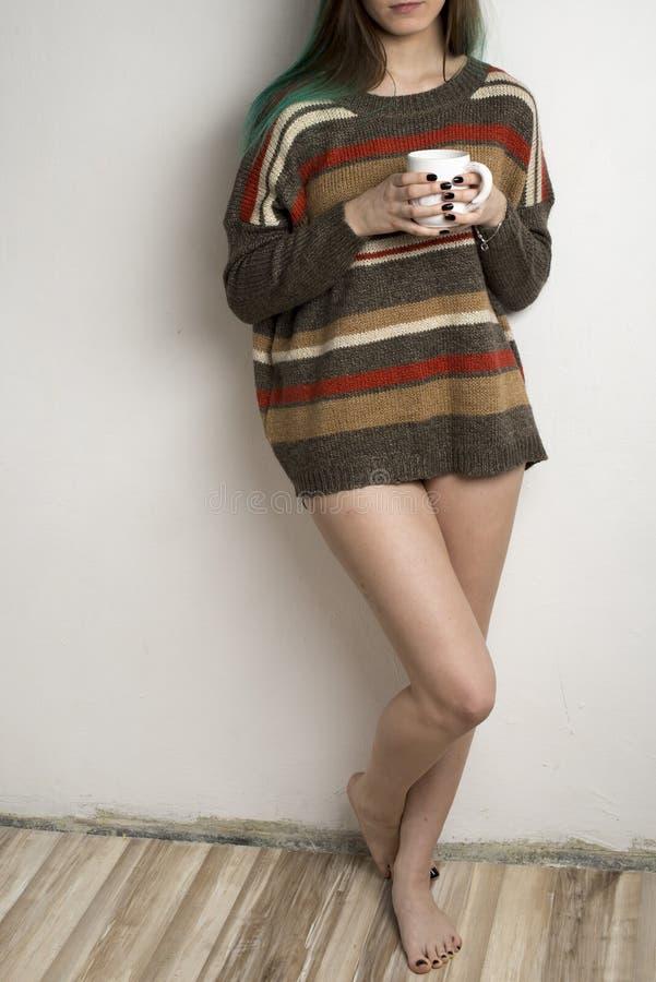 Meisje met koffie stock afbeeldingen