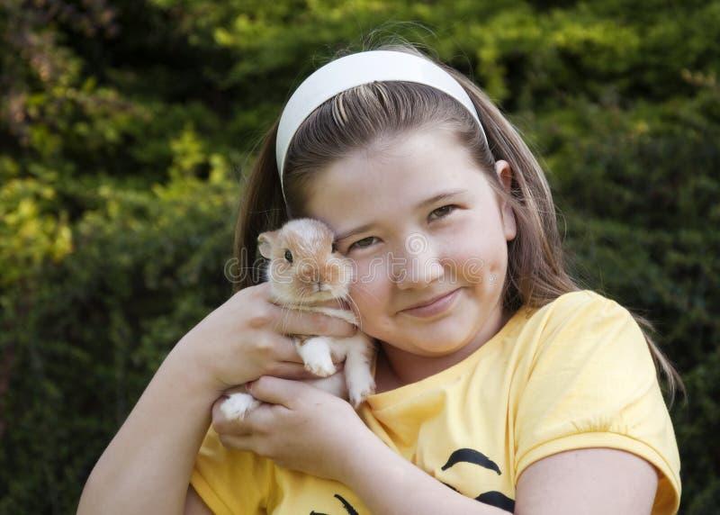 Meisje met konijn royalty-vrije stock afbeeldingen