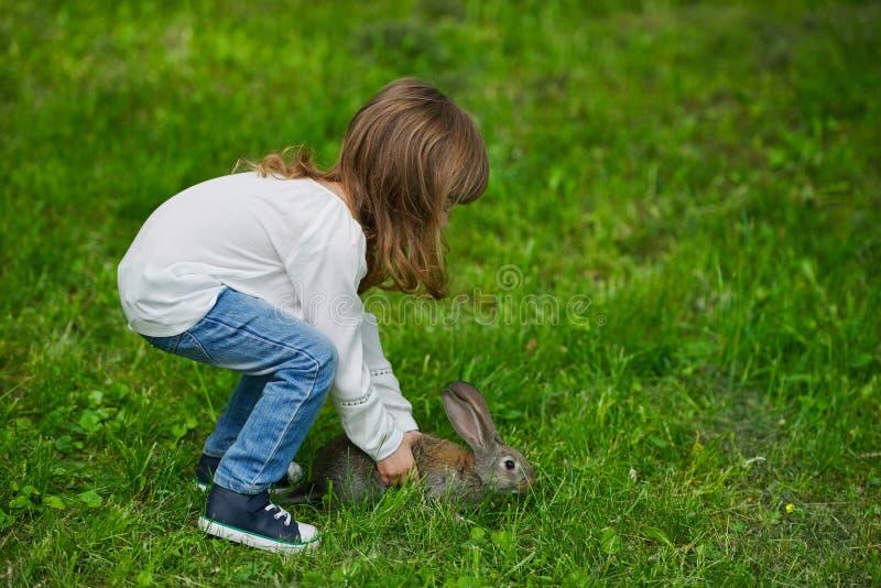 Meisje met konijn 2 royalty-vrije stock afbeeldingen