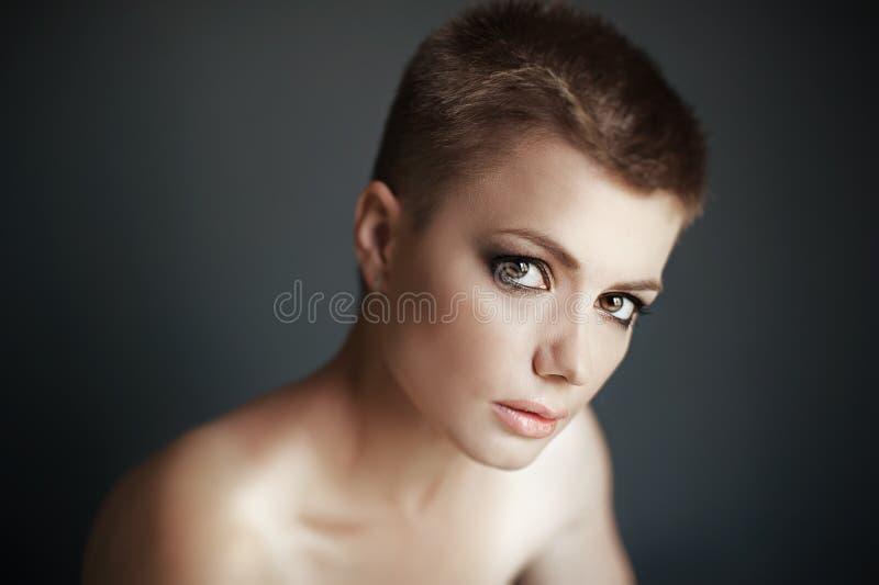 Meisje met kort haar royalty-vrije stock fotografie