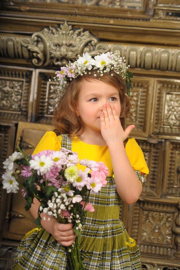MEISJE MET kronen van bloemen op het hoofd stock fotografie