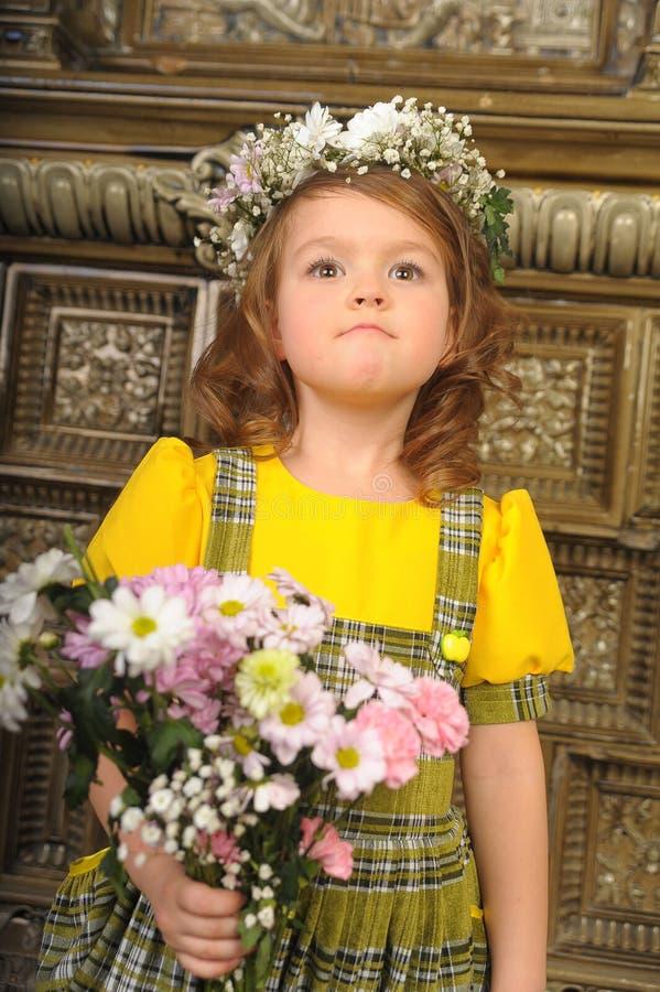 MEISJE MET kronen van bloemen op het hoofd stock afbeeldingen