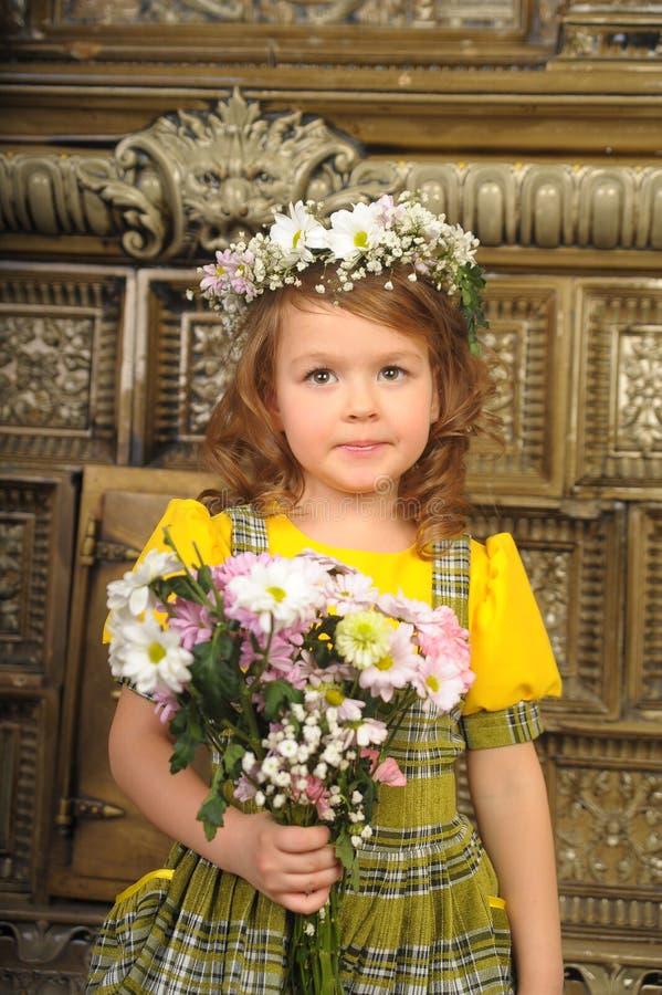 MEISJE MET kronen van bloemen op het hoofd royalty-vrije stock foto's