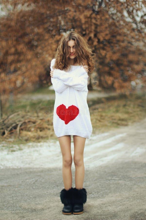Meisje met lang donker haar in een warme sweater stock fotografie