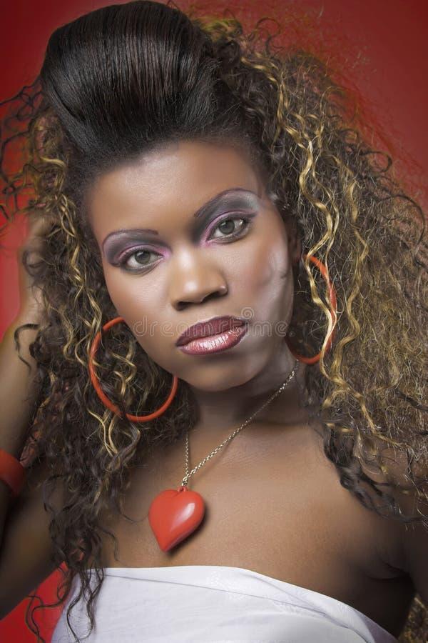 Meisje met lang haar op rood stock foto's
