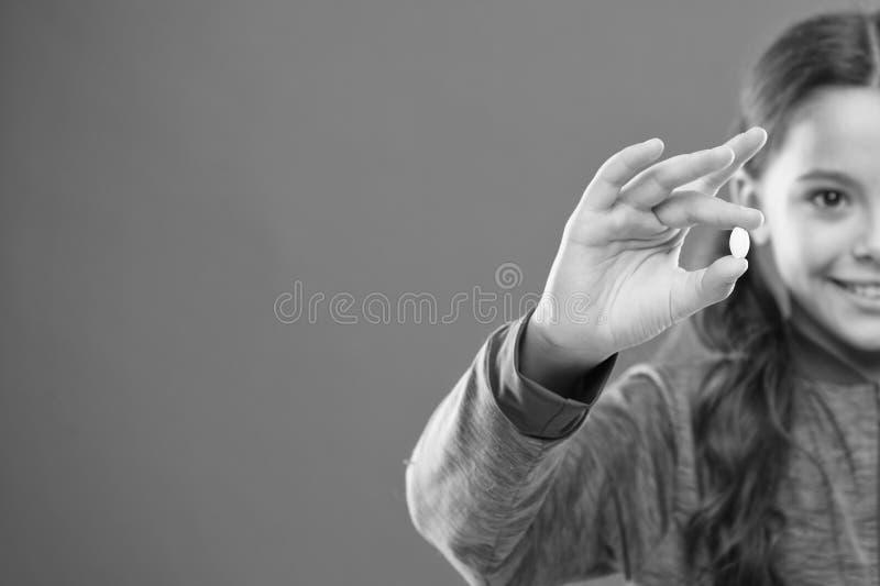 Meisje met lange de pillenvingers van de haargreep Vitamineconcept De supplementen van de behoeftevitamine Hoe vitaminen behoorli royalty-vrije stock foto's