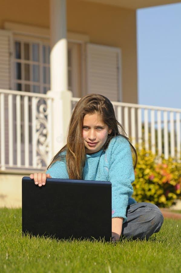 Meisje met laptop royalty-vrije stock foto's
