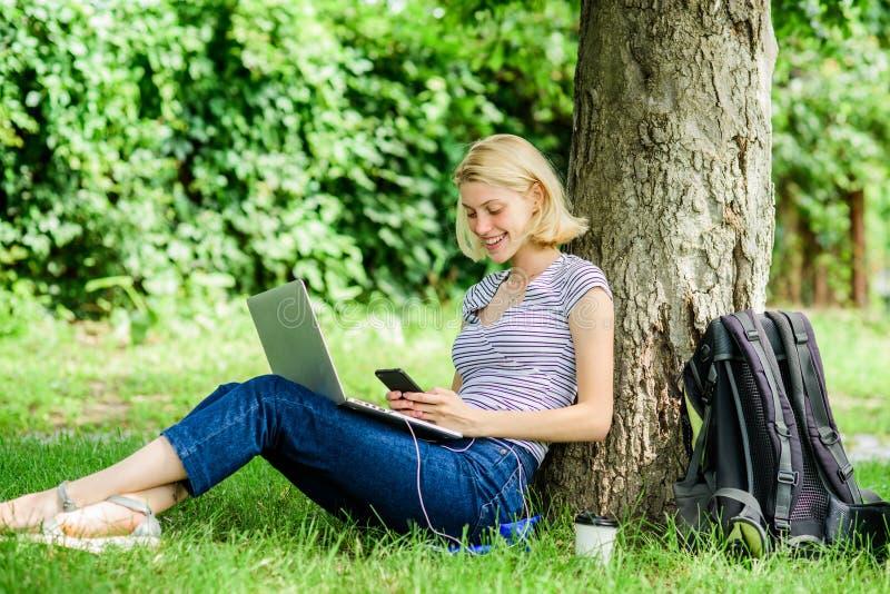 Meisje met laptop Blogger die van nature ge?nspireerd worden de vrouw heeft online zaken Webmededeling schrijver met royalty-vrije stock afbeeldingen