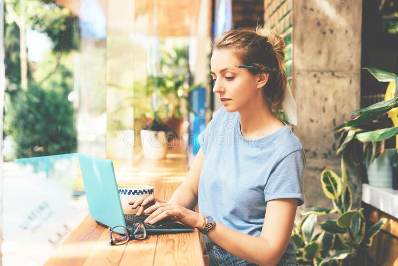 Meisje met laptop in koffie royalty-vrije stock afbeeldingen