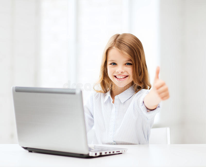 Meisje met laptop PC op school stock foto's