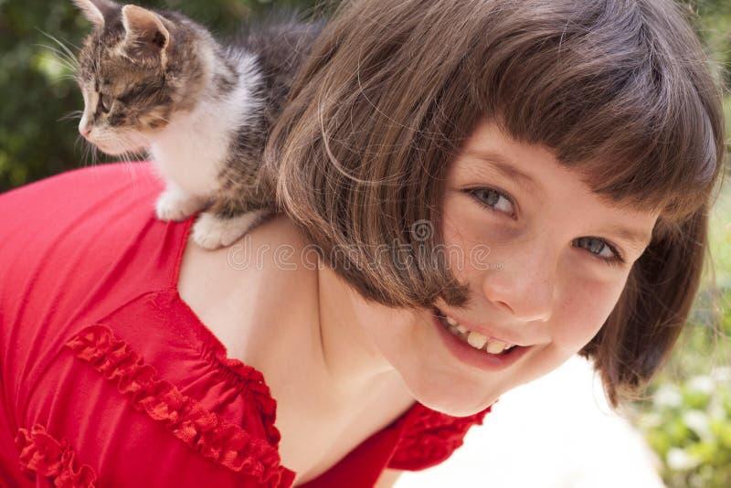 Meisje met leuk katje stock foto