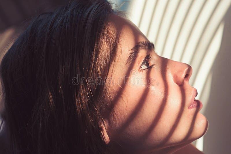 Meisje met licht en schaduw van blinden op jonge gezichtshuid Kuuroordwellness en gezondheid De vrouw met natuurlijke make-up ont royalty-vrije stock afbeeldingen