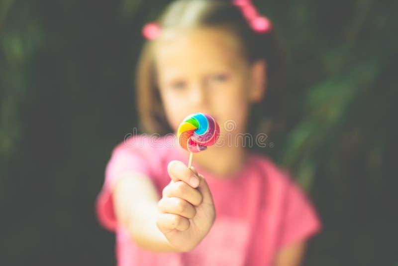 Meisje met lolly - ondiepe diepte van gebied royalty-vrije stock afbeeldingen