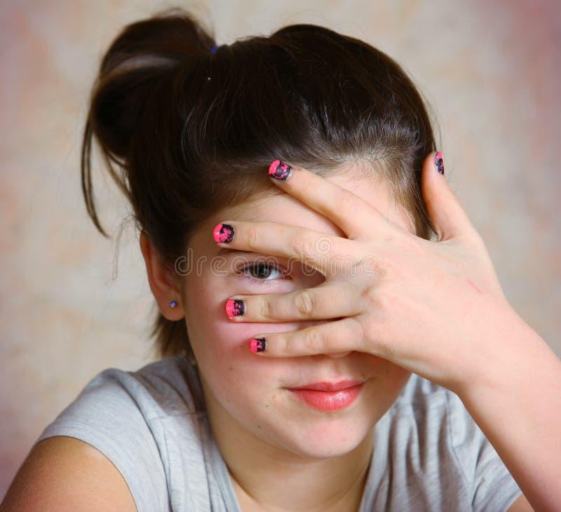 Meisje met manecute roze zwarte laque royalty-vrije stock afbeeldingen