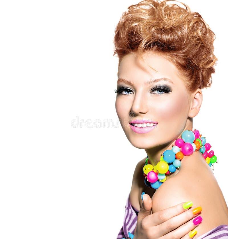 Meisje met manierkapsel en kleurrijke make-up royalty-vrije stock foto's