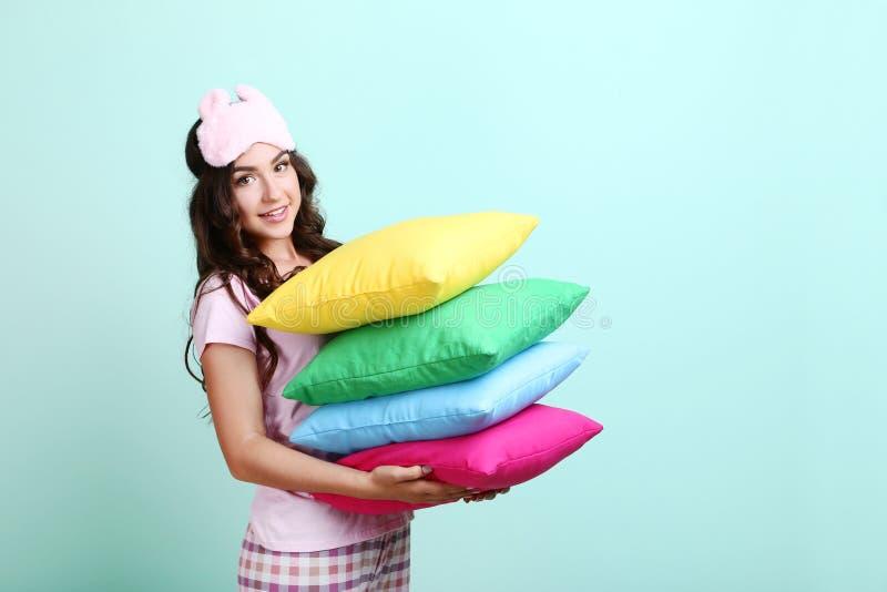Meisje met masker en kleurrijke hoofdkussens royalty-vrije stock foto's