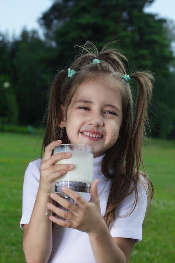 Meisje met melk stock afbeeldingen